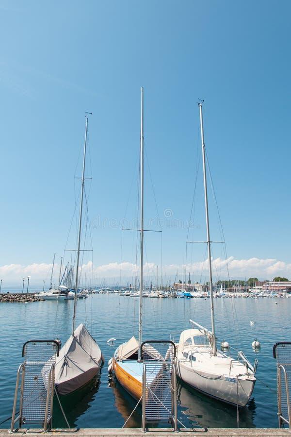 Iate privados entrados no porto de Lausana Ouchy, Suíça no lago Leman, lago geneva imagem de stock royalty free