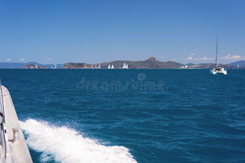 Iate que compete em torno recife de coral Austrália das ilhas do domingo de Pentecostes do grande fotografia de stock royalty free