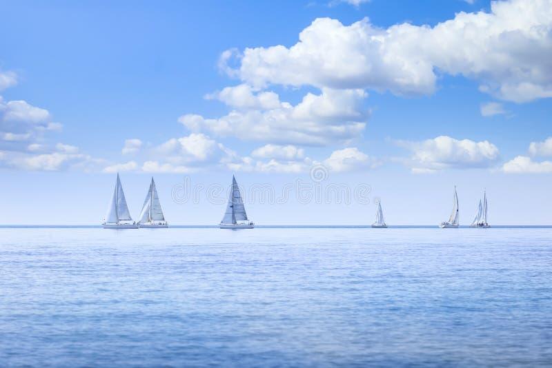 Iate regata de embarcações à vela no mar ou na água do oceano fotos de stock