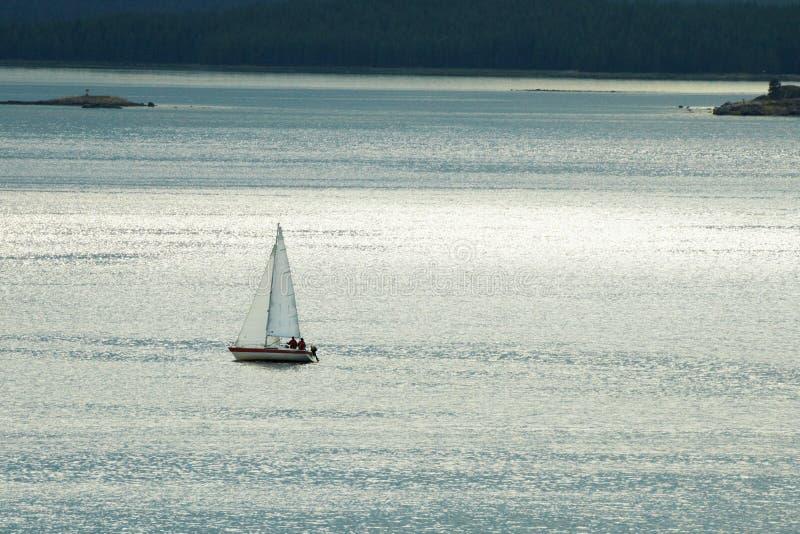 Download Iate Só Pequeno De Encontro Ao Mar Imagem de Stock - Imagem de horizonte, natação: 16871993