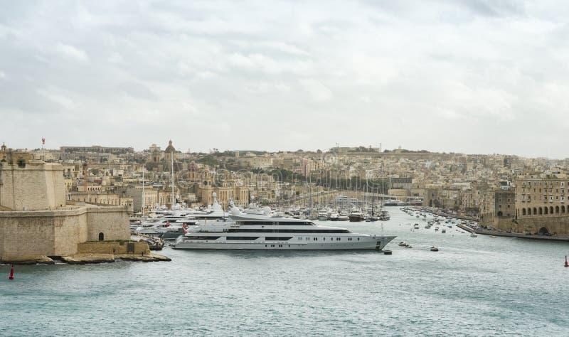 Iate super luxuosos amarrados em Manoel Island foto de stock