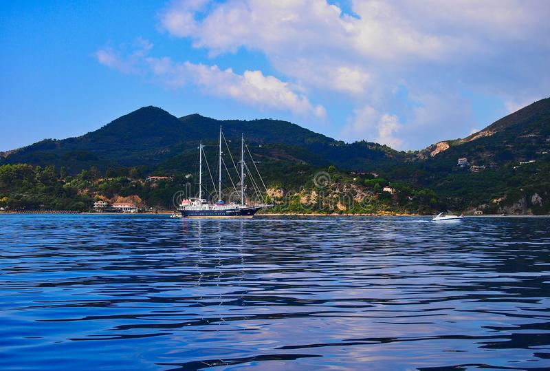 Iate suprido três, ilha grega de Zakynthos, Grécia imagem de stock royalty free