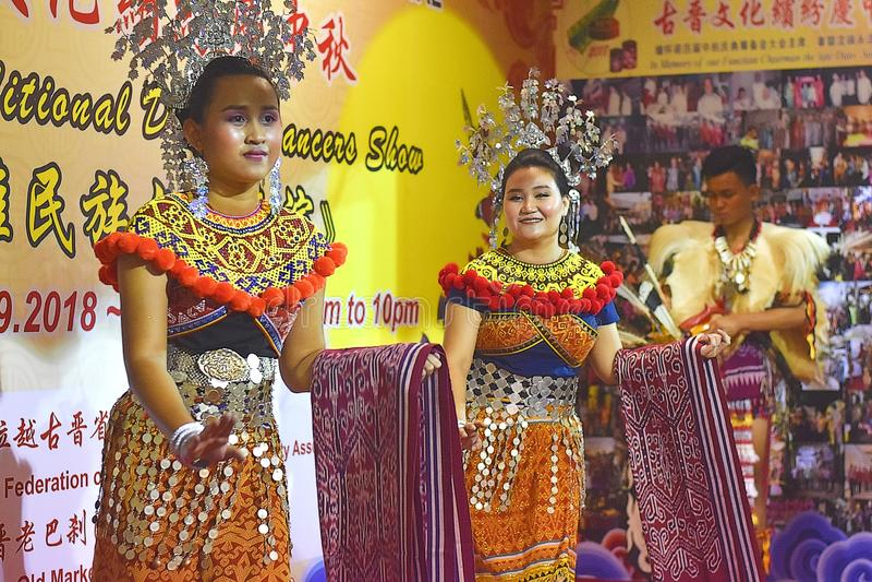Iban Ladies Performing The Traditional-Dans tijdens het Festival van Kuching Mooncake in Kuching, Sarawak royalty-vrije stock afbeelding