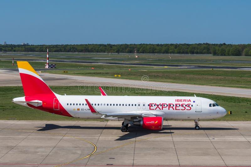 Iberia Aerobus A320 Ekspresowy samolot przy Berlińskim Tegel lotniskiem obrazy royalty free