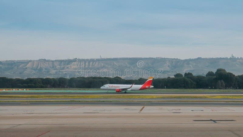 Iberia Airline Airbus A330 taksowanie w międzynarodowym porcie lotniczym Bajaras w Madrycie, Hiszpania zdjęcie royalty free