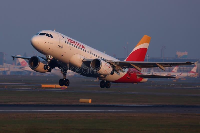 Iberia flygbolagnivå som tar av från landningsbana fotografering för bildbyråer
