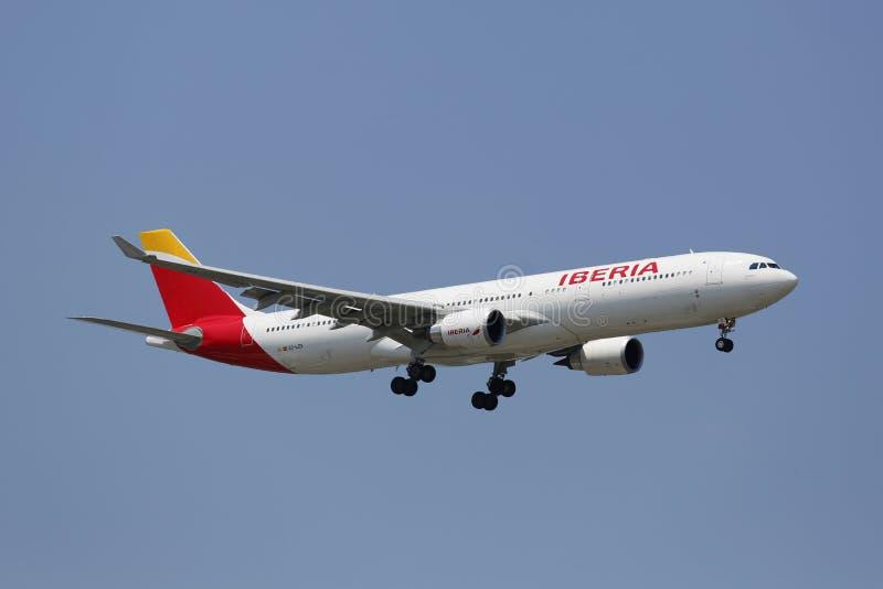 Iberia linia lotnicza Aerobus A330 w Nowy Jork niebie przed lądować przy JFK lotniskiem obraz royalty free