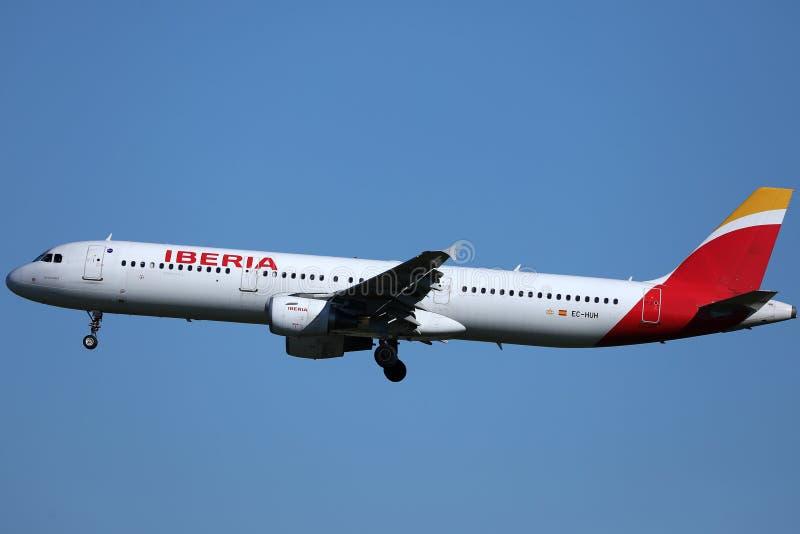 Iberia linii lotniczej samolotu latanie w w górę nieba obrazy royalty free