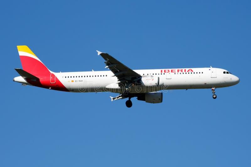 Iberia linii lotniczych Aerobus A321 EC-HUH samolotu pasażerskiego lądowanie przy Madryt Barajas lotniskiem fotografia royalty free