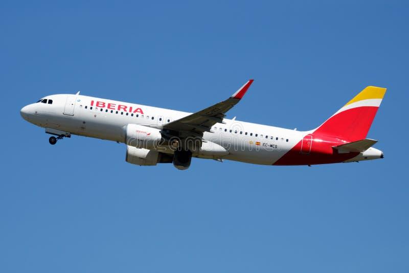 Iberia linii lotniczych Aerobus A320 EC-MCS samolotu pasażerskiego odjazd przy Madryt Barajas lotniskiem zdjęcia stock
