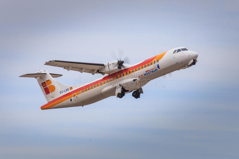 Iberia regionalt flygplan som tar av arkivfoton