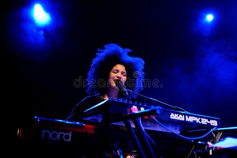 Ibeyi (alma y ritmo contemporáneo y banda cubana de los azules) en concierto en la etapa de Apolo fotos de archivo libres de regalías
