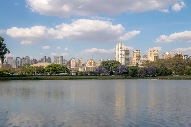 Ibirapuera Park See- und Stadtskyline - Sao Paulo, Brasilien stockfotos