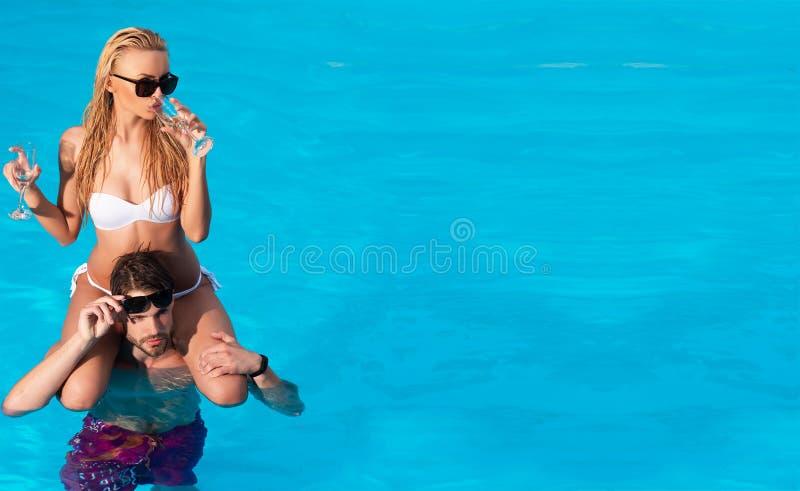 ibiza 关于党和音乐的概念 美丽的年轻女人和时髦的人饮用的鸡尾酒在海滩 愉快的蜜月 免版税库存图片