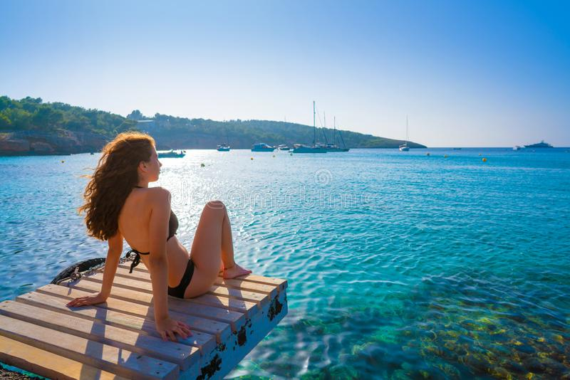 Ibiza bikini dziewczyna relaksująca przy Portinatx plażą obrazy royalty free