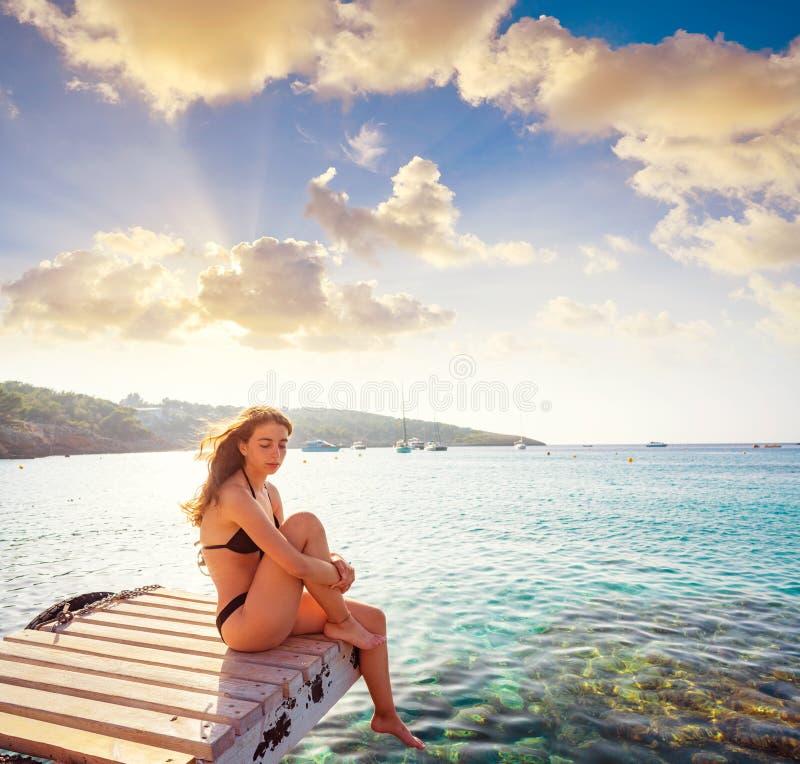 Ibiza bikiniflicka som kopplas av på den Portinatx stranden royaltyfri fotografi