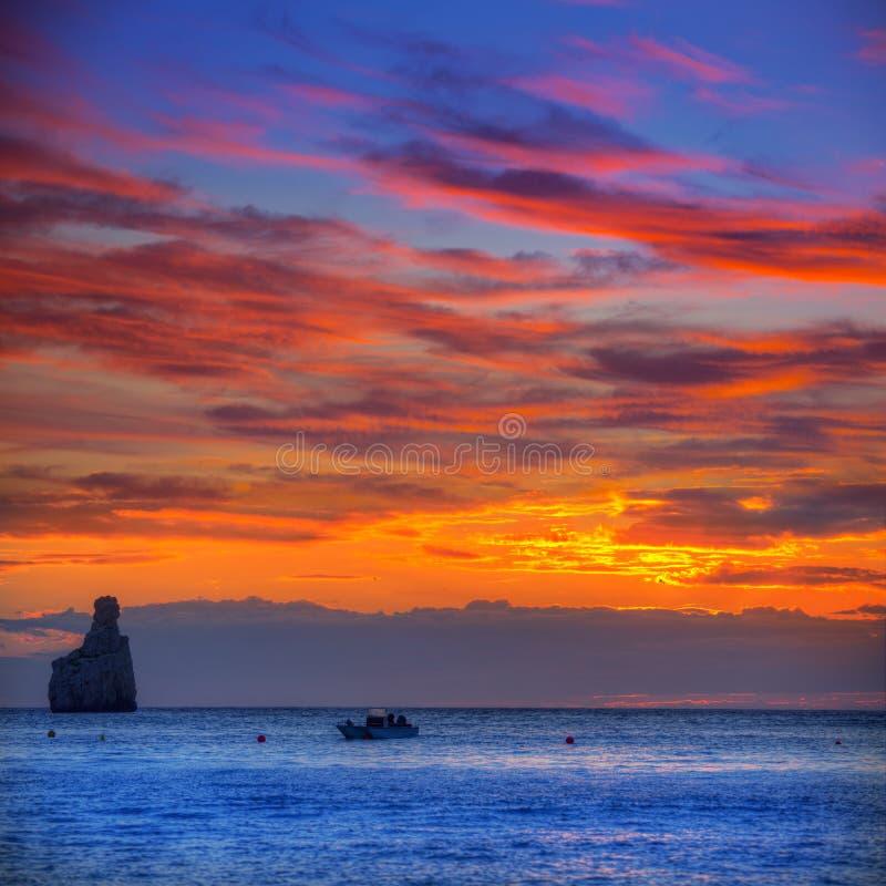 Ibiza Cala Benirras日落海滩在拜雷阿尔斯的圣胡安 免版税库存照片