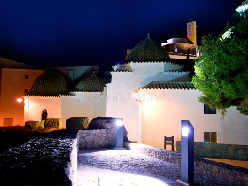 Ibiza Dalt Vila avec des lumières de nuit d'église image stock