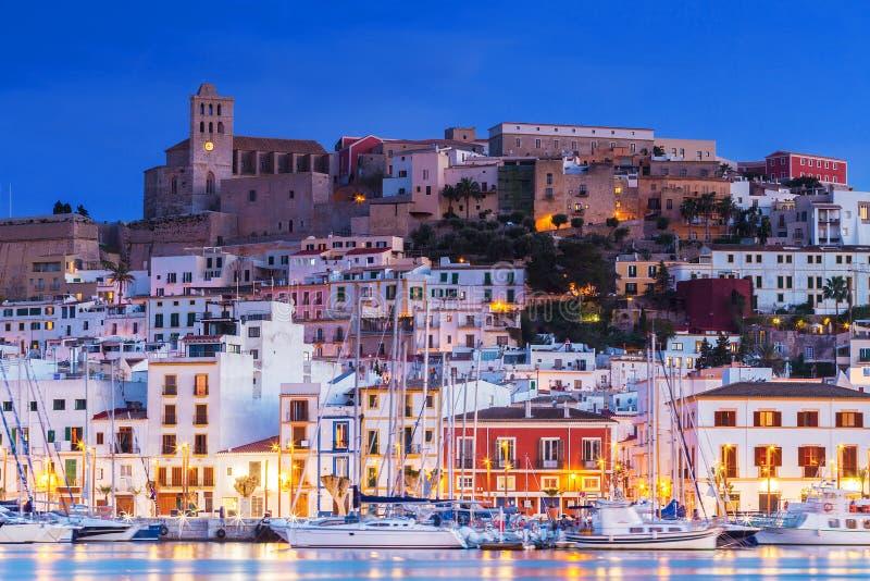 Ibiza Dalt Vila du centre la nuit avec des réflexions de la lumière dans l'eau, Ibiza, Espagne images stock