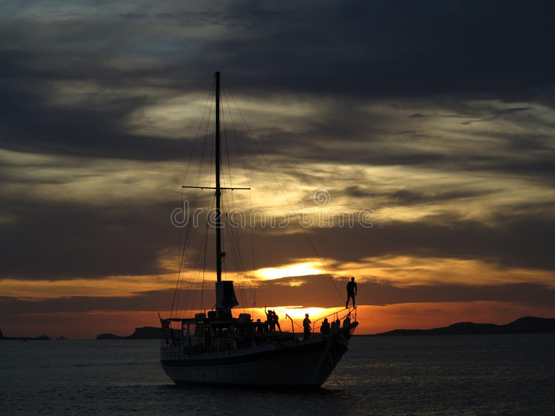 Ibiza kryssa omkring partifartyg på solnedgången royaltyfri fotografi