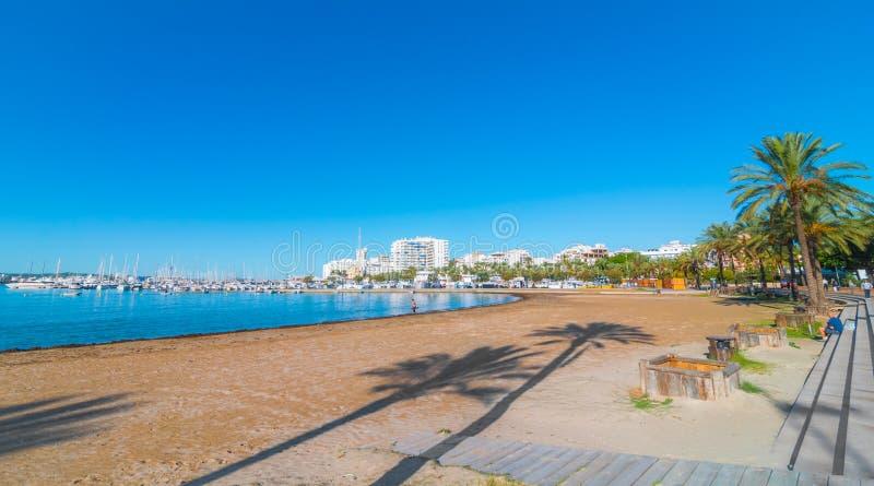 Ibiza solsken på stranden i Sant Antoni de Portmany, promenerar strand- eller strömförsörjningsstrandpromenaden royaltyfria foton
