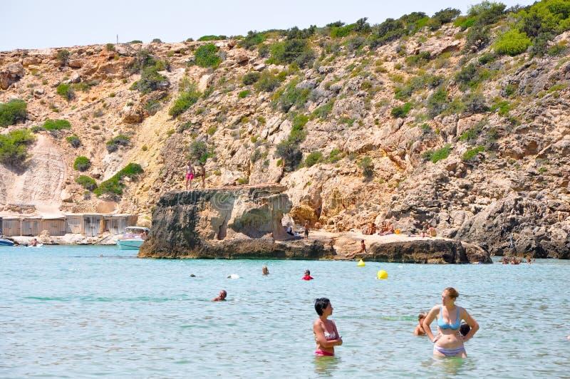 IBIZA SPAIN-AUGUST 13: Cala Bassa strand på Augusti 13,2011 på den Ibiza ön Balearicen Island, Spanien. royaltyfria bilder