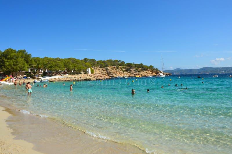 IBIZA SPANIEN - SEPTEMBER 2016: fantastiskt kristalliskt vatten av den Cala Bassa stranden, Ibiza, Spanien royaltyfri foto