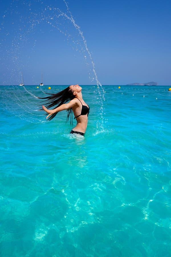 Ibiza wyrzucać na brzeg dziewczyny wodnego włosianego trzepnięcie w Balearics obrazy royalty free