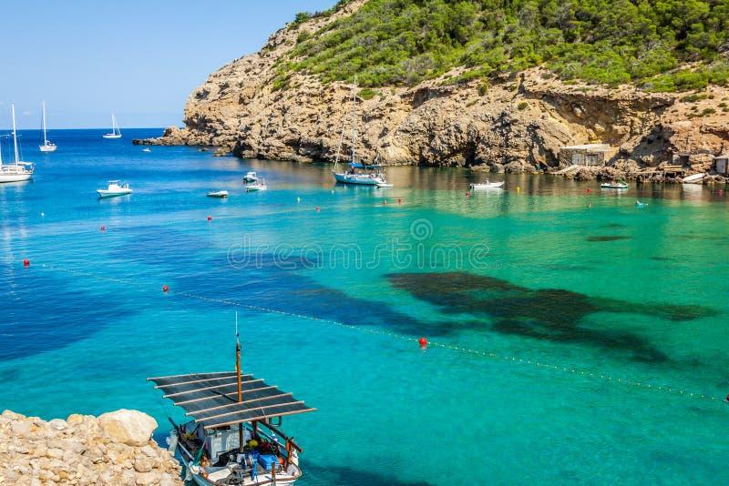 Ibizacala Benirras strand in San Joan in de Balearen Spanje stock afbeeldingen