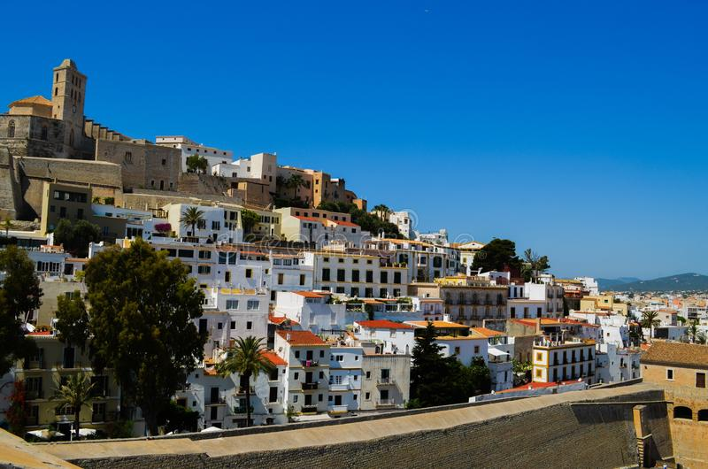 Ibizastad in Ibiza Spanje met het Oude Kasteel bovenop de Heuvel royalty-vrije stock afbeelding