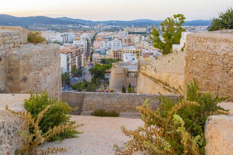 Ibizavesting en oude stad bij zonsondergang, Ibiza, Eivissa eiland, de Balearen, Spanje royalty-vrije stock foto