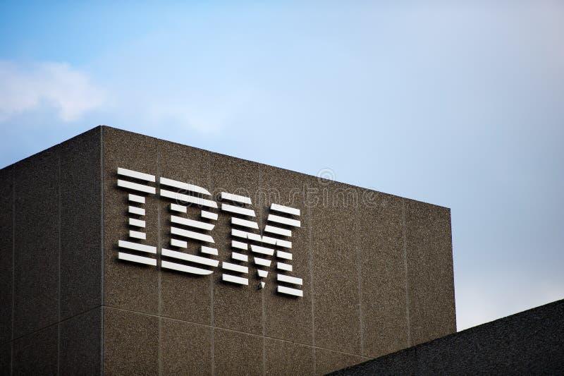 IBM logo på byggnaden för IBM klientmitt i London royaltyfri fotografi