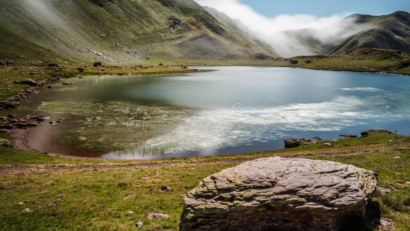 Ibon Truchas, Gebirgslagune in der Astun-Skistation in Pyren?en lizenzfreie stockbilder