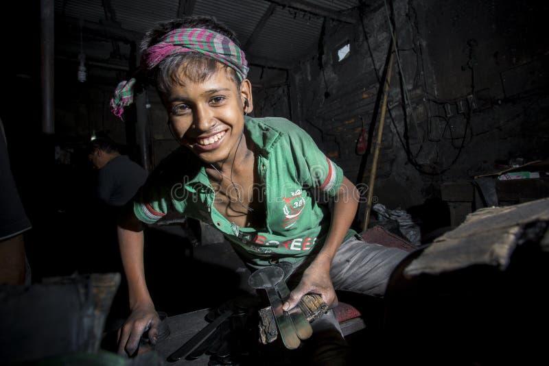 Ibrahim Age 19 som här arbetas morgon till aftonen på near av den Burigonga floden på Dhaka, Bangladesh arkivfoton