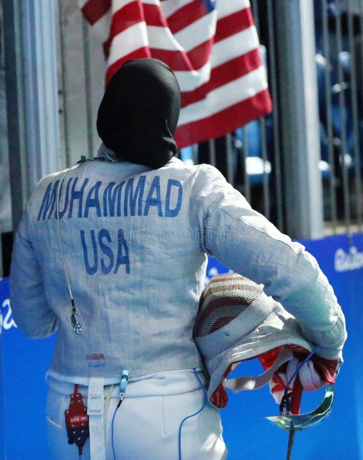 Ibtihaj Мухаммед Соединенных Штатов после конкуренции в сабле ` s женщин индивидуальной Рио 2016 Олимпийских Игр стоковые изображения