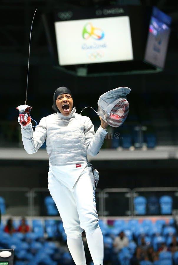 Ibtihaj Мухаммед Соединенных Штатов празднует победу в сабле ` s женщин индивидуальной Рио 2016 Олимпийских Игр стоковые фото