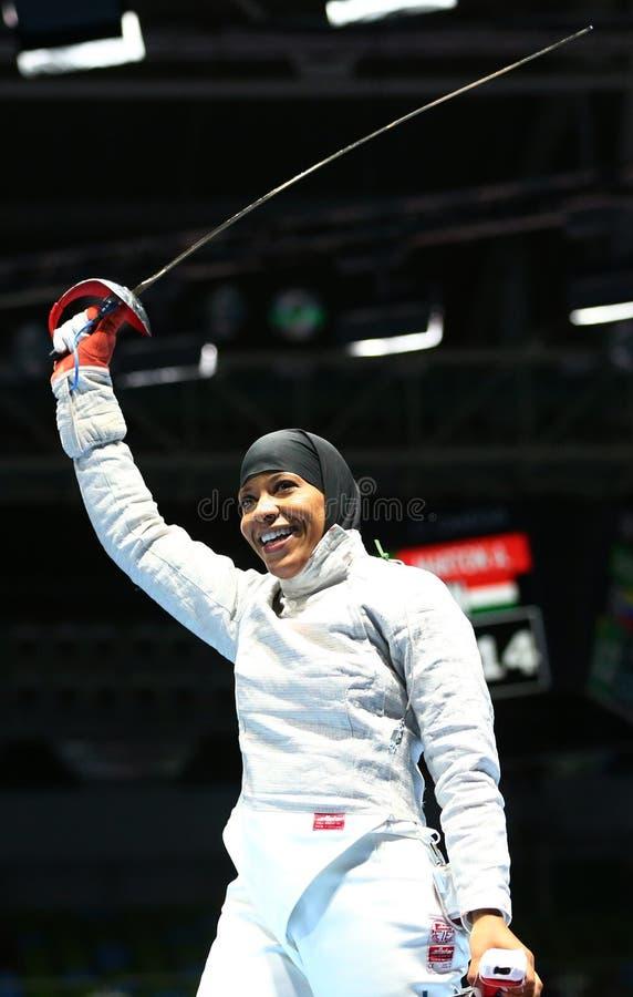 Ibtihaj Мухаммед Соединенных Штатов празднует победу в спичке сабли ` s женщин индивидуальной Рио 2016 Олимпийских Игр стоковое изображение