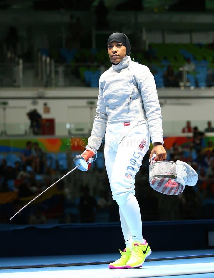 Ibtihaj Мухаммед Соединенных Штатов состязается в сабле ` s женщин индивидуальной Рио 2016 Олимпийских Игр стоковая фотография