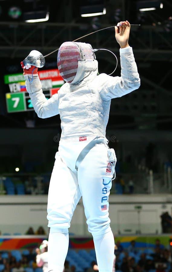 Ibtihaj Мухаммед Соединенных Штатов состязается в сабле ` s женщин индивидуальной Рио 2016 Олимпийских Игр стоковые изображения rf