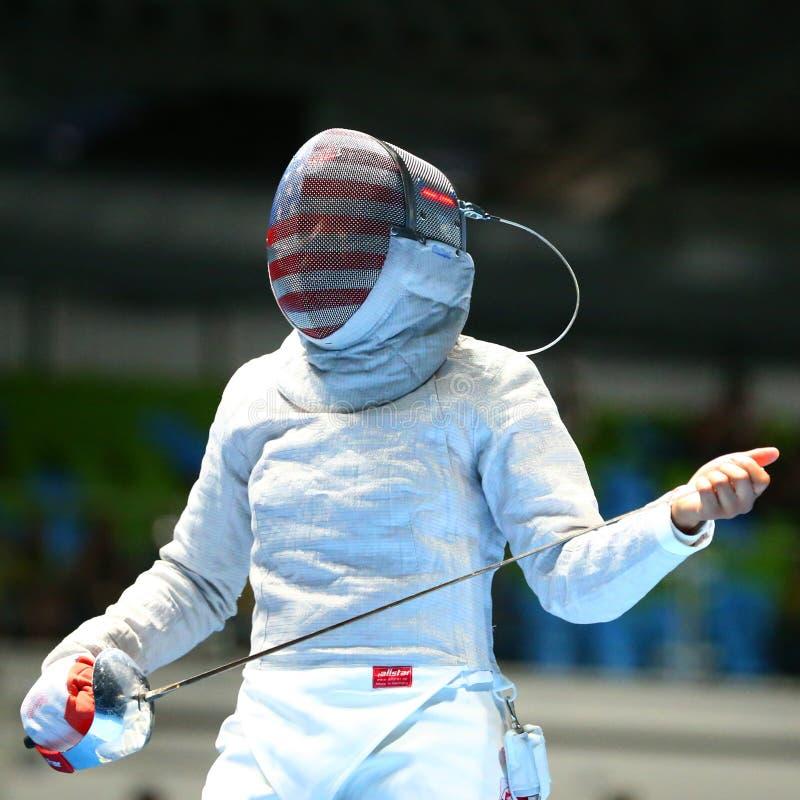 Ibtihaj Мухаммед Соединенных Штатов состязается в сабле ` s женщин индивидуальной Рио 2016 Олимпийских Игр стоковая фотография rf