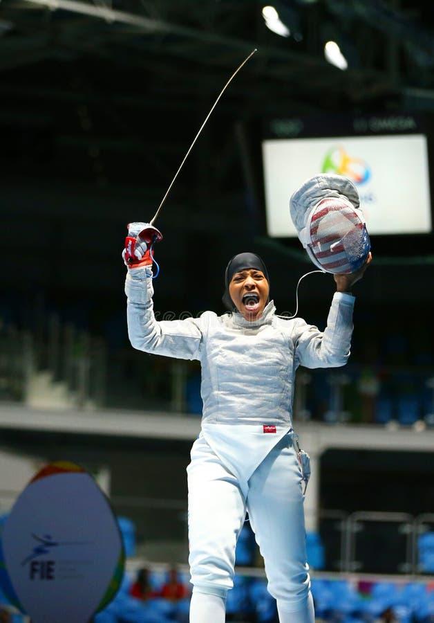 Ibtihaj Muhammad de los Estados Unidos compite en el sable individual de las mujeres de la Río 2016 Juegos Olímpicos imagen de archivo