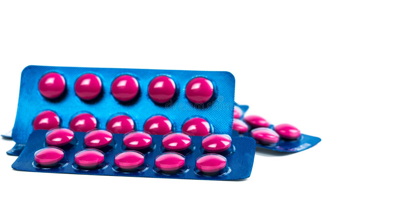 Ibuprofen in den rosa Tablettenpillen verpacken in der blauen Blisterpackung, die auf weißem Hintergrund mit Kopienraum lokalisie stockfotos