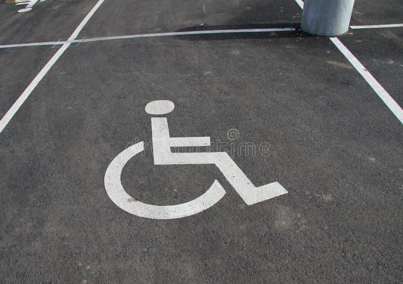 Icône d'handicap Parking avec le signe et le symbole d'handicap Videz le parking réservé handicapé avec le symbole de fauteuil ro photos libres de droits
