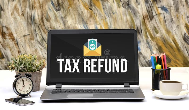 Icône de remboursement d'impôt fiscal sur l'écran d'ordinateur portable de bureau photo libre de droits