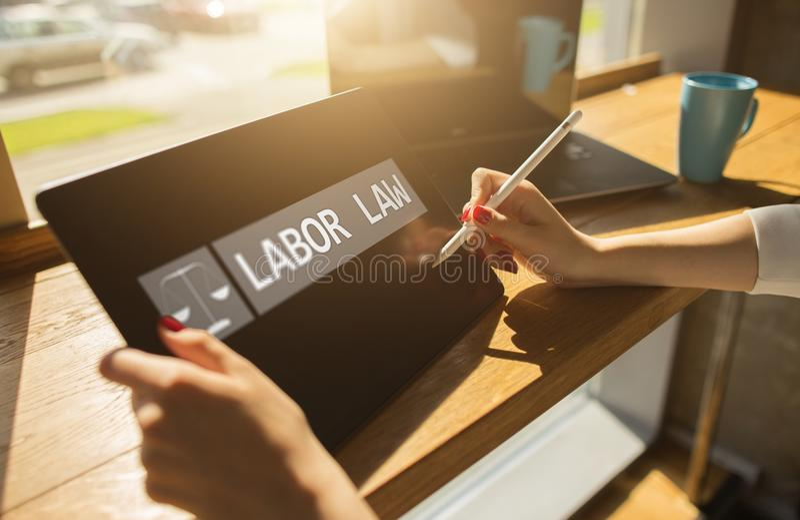 Icône et texte de droit du travail sur l'écran de dispositif photos libres de droits