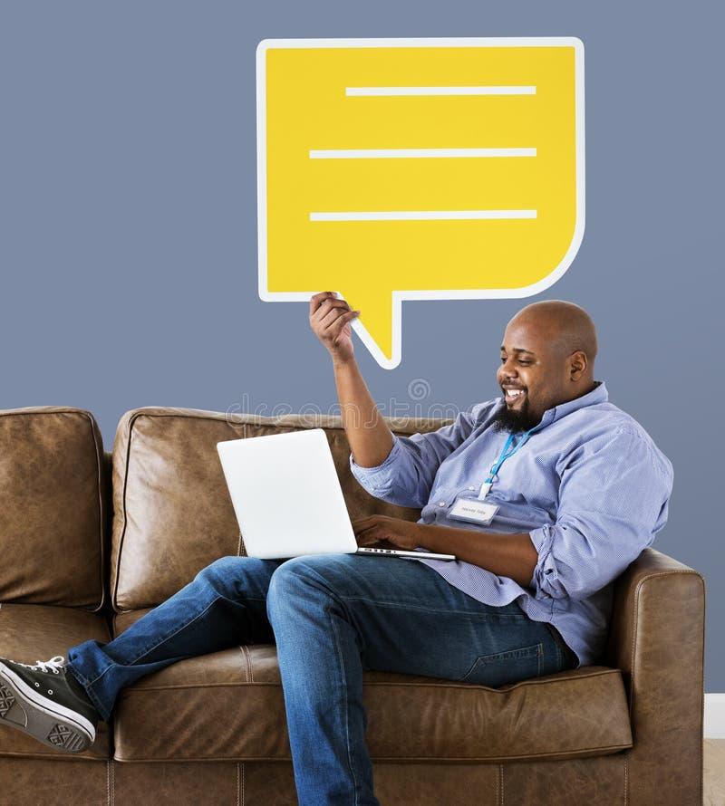 Icône jaune de bulle de la parole d'apparence d'homme photographie stock