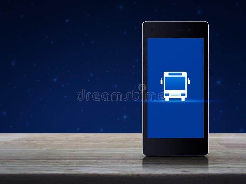Icône plate d'autobus sur l'écran intelligent moderne de téléphone portable sur la table en bois au-dessus du ciel nocturne d'ima image stock