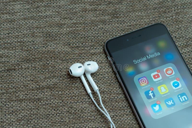 Icônes sociales d'appli de médias montrées sur l'iPhone d'Apple, quelques icônes avec des avis images stock