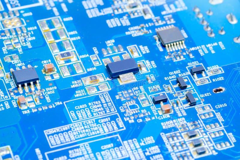 IC e componente eletrônico na placa de circuito impresso do azul imagens de stock royalty free