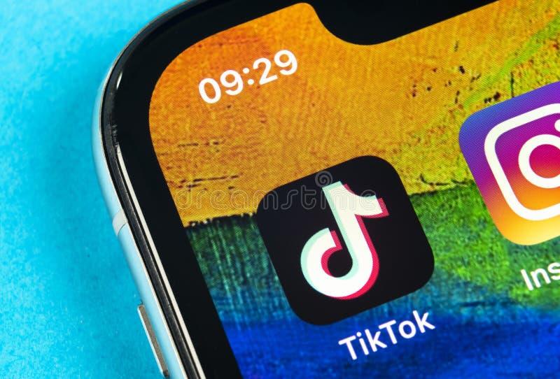 Ic?ne d'application de Tik Tok sur le plan rapproch? d'?cran de l'iPhone X d'Apple Ic?ne de Tik Tok application de tok de tik R?s images libres de droits